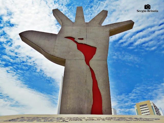 Foto artística da Escultura Mão - Memorial da América Latina - São Paulo