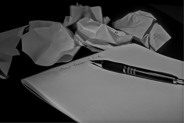 Página en blanco y folios arrugados