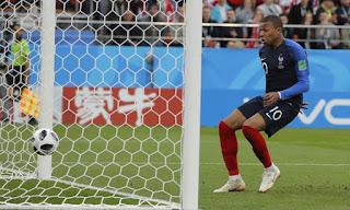 فيديو : الحملة الفرنسية تسير بخطى بطيئة نحو المنافسة على لقب كأس العالم بعد الفوز على بيرو بهدف كيليان مبابي الذى يدخل التاريخ