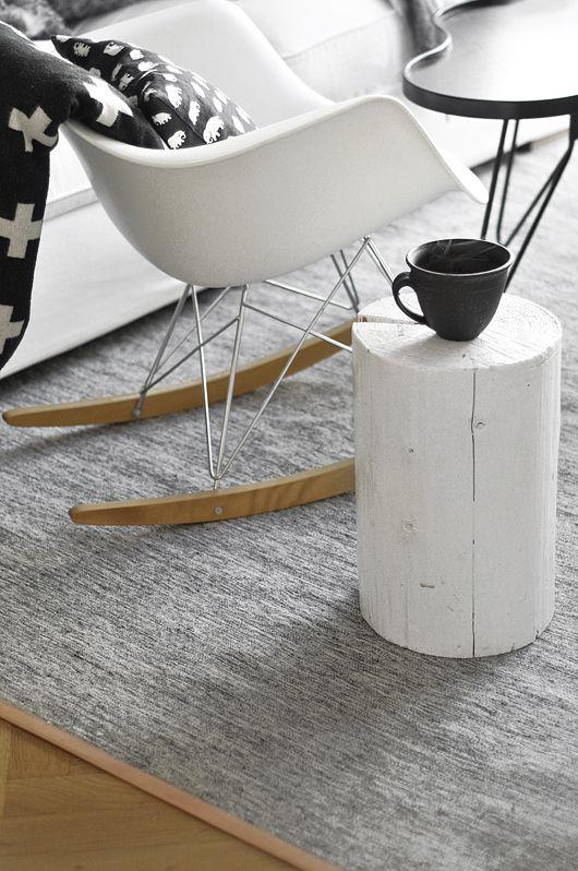 Mesa de apoio feita com um pedaço de tronco de árvore