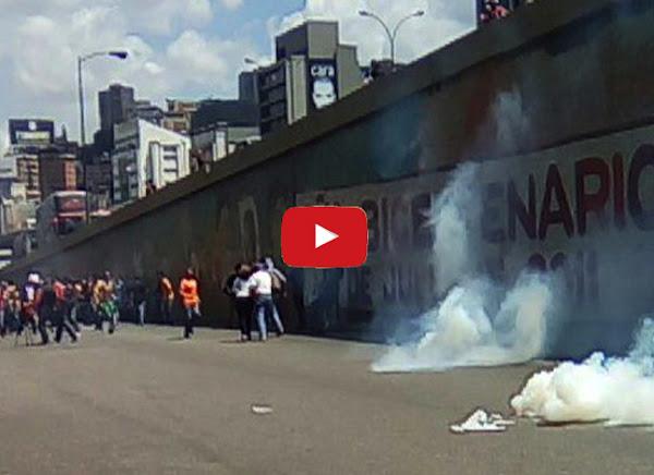 Manifestantes intentan llegar a la Defensoría del Pueblo pero guardias no lo permiten