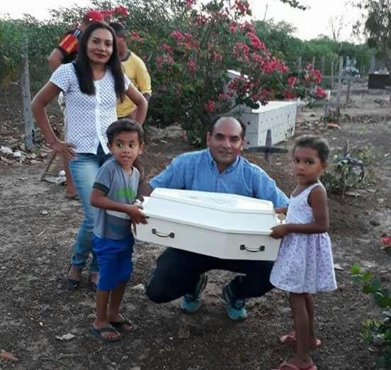Vice-prefeito de interior do Maranhão doa caixão de bebê e tira fotos para aparecer nas redes