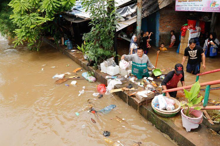 Banjir melanda pemukiman penduduk di kawasan Karet Tengsin, Jakarta Pusat, Selasa (25/2/2020). Hujan yang mengguyur Jabodetabek pada Senin (24/2/2020) malam hingga Selasa (25/2/2020) pagi membuat sejumlah wilayah kebanjiran