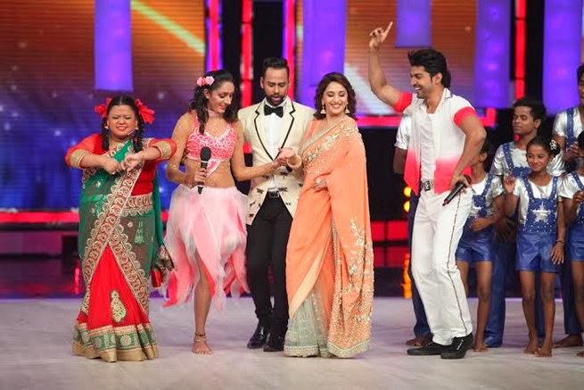 Madhuri & Juhi Chawla promotes  Gulab Gang on India's Got Talent Finale