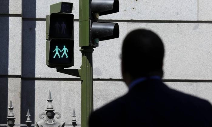 Madri instala semáforos com imagens de casais do mesmo sexo