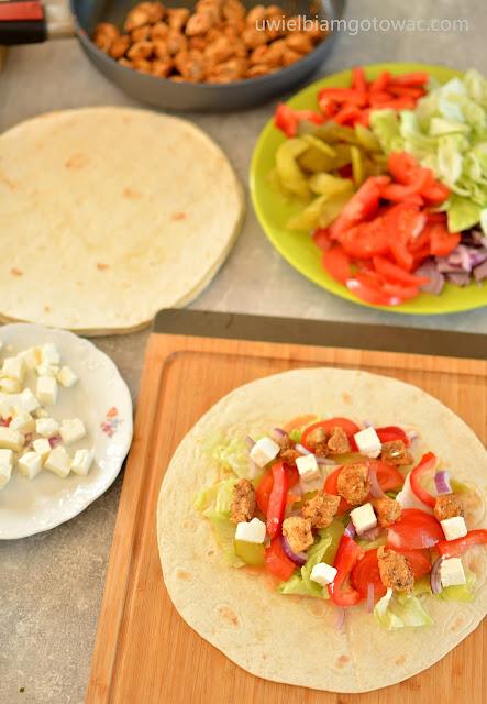 Tortilla z kurczakiem, fetą i warzywami