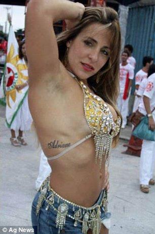Joana Machado na Sapucaí no Carnaval mostrando o Corpo Sarado e Bonito de Short Jeans e um Top mostrando o Nome de Adriano nas Costelas
