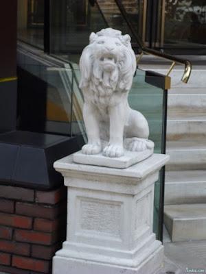 PLAZA UMESHINのライオン像