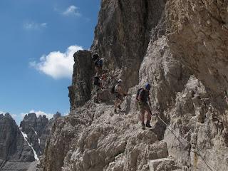 Gegenverkehr am Einstieg zum Klettersteig