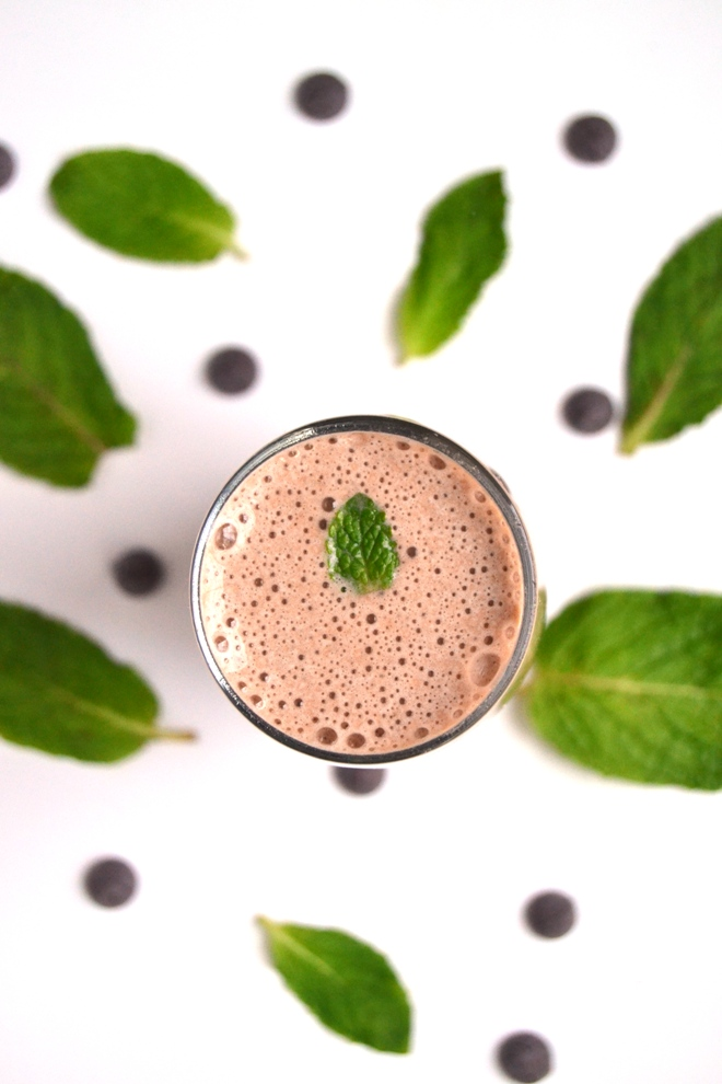 Mint Chocolate Chip Protein Shake tastes like an indulgent treat while being quite healthy with banana, chocolate protein and fresh mint leaves! www.nutritionistreviews.com