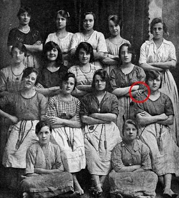 Tangan Hantu Muncul di Foto Tua Berusia 116 Tahun