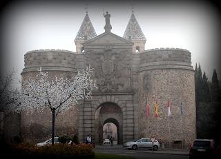Puerta de Bisagras con niebla
