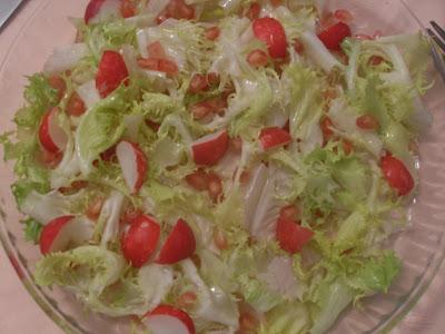 Ensalada de escarola y rábanos aliñada con aceite y limón