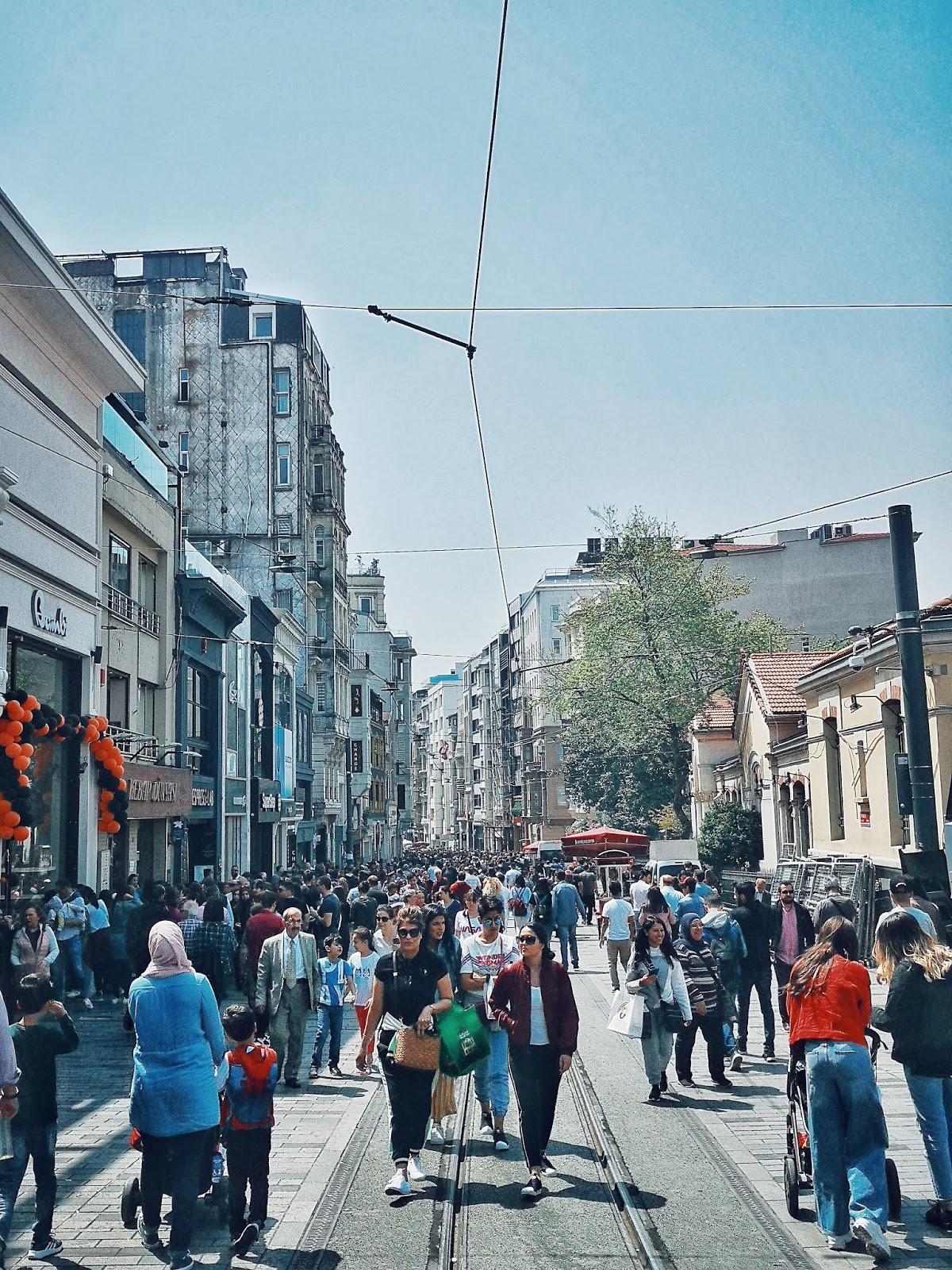 Orang ramai di sekitar Taksim Square