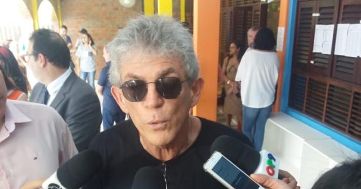 Governador Ricardo Coutinho vota e critica regras da Justiça Eleitoral