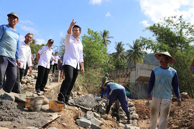 Sering Dapati Keluhan Kualitas Bangunan, Bupati Emil Tinjau Kualitas Jembatan Madatan Yang Dikerjakan Padat Karya