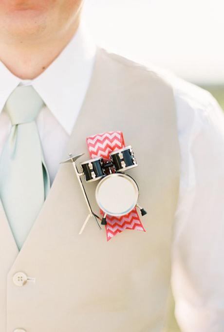 Broche decorativo para el traje del novio con forma de batería