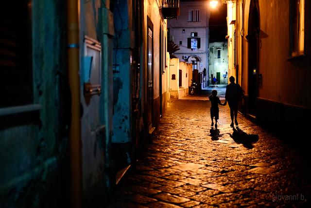 Vicolo di Procida di notte illuminato