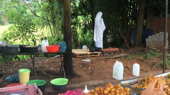Sadar Rezeki Dari Allah, Wanita Ini Tetap Laksanakan Sholat Meski Sibuk Berjualan