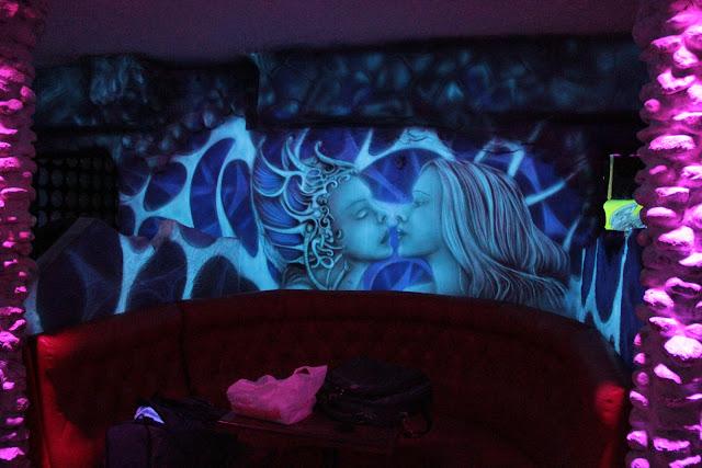 Aranżacja ścian w klubie, wystrój klubu, ciekawy sposób na aranżację ściany w Klubuie, świecące ściany czyli mural UV, black lifght mural