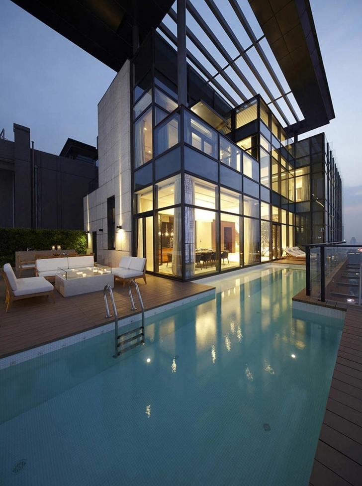 Swimming pool on the roof of Modern apartment in Shenzhen by Kokai Studio