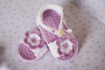 Sandalias lilas con flor de ganchillo para bebé