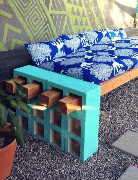 bloco de concreto e vigotas de madeira compõem este criativo banco para área externa