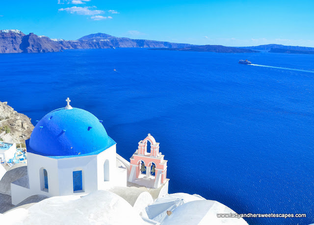 The famous spots often featured in postcards, books and shows are located in Oia.
