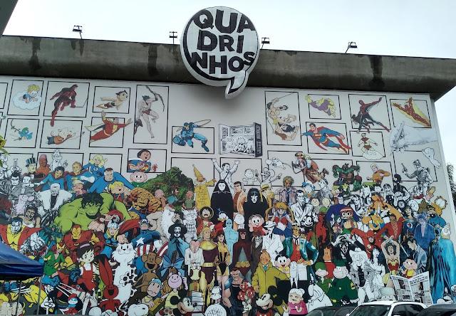 """Fachada do MIS anunciando a exposição """"Quadrinhos"""""""
