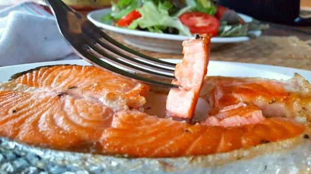 Trucos para freír el salmón y que quede jugoso