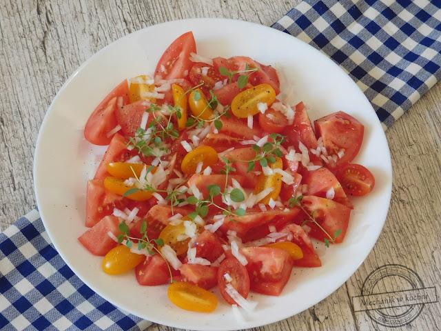 sałatka, pomidory, malinowe, papryczkowe, do obiadu, oregano, grillowa, sałatka do grilla, wiosenna, pomysł na pomidory, mechanik w kuchni, przepis jak zrobić sałatkę z pomidorów, i cebuli, i śmietany, i ogórkiem,  z pomidorem, salad, tomatoes, raspberry, papryczkowe, make dinner, Oregano, grill, Grill salad, spring, idea for tomatoes, mechanic in the kitchen, recipe how to make tomato salad, and onions, and cream, and cucumber, with tomato,
