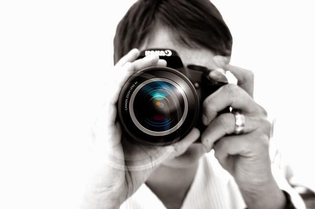 fotógrafo apuntando cámara