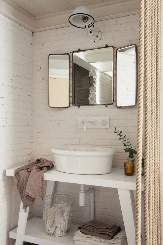 baño ladrillo visto barcelona espejo lavamanos cortina cuerda lino interiorista barcelona alquimia deco decoracion nordica estilo nordico