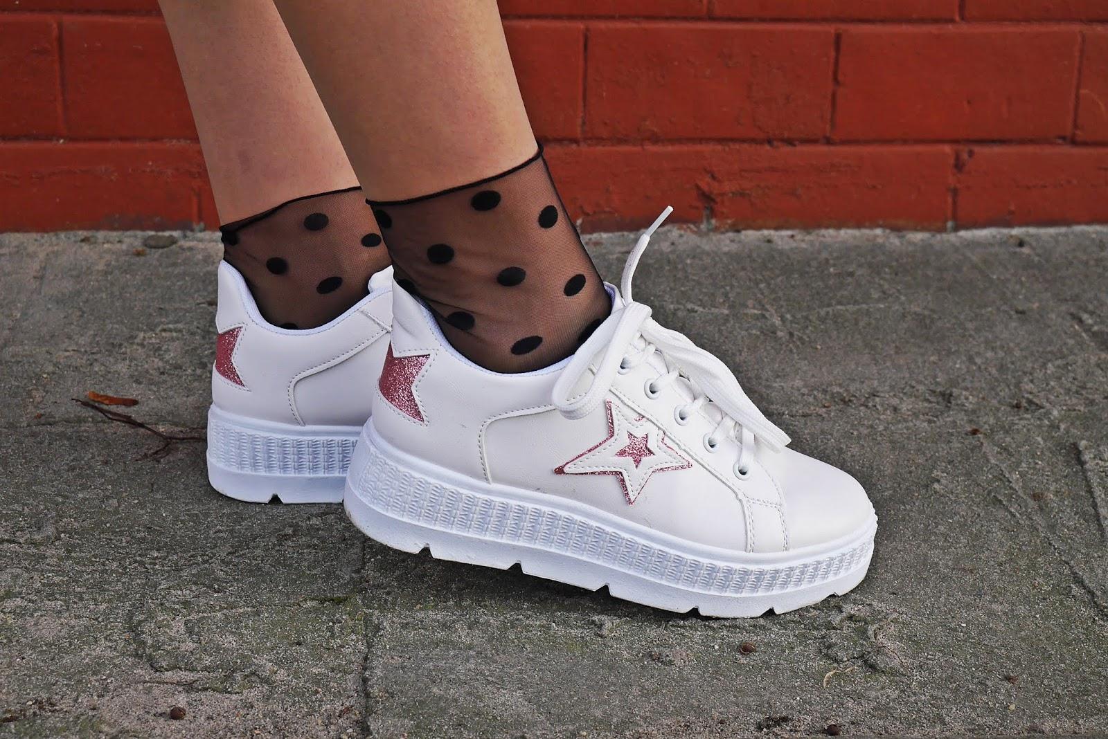 białe buty platformy sneakersy renee skarpetki karyn blog modowy