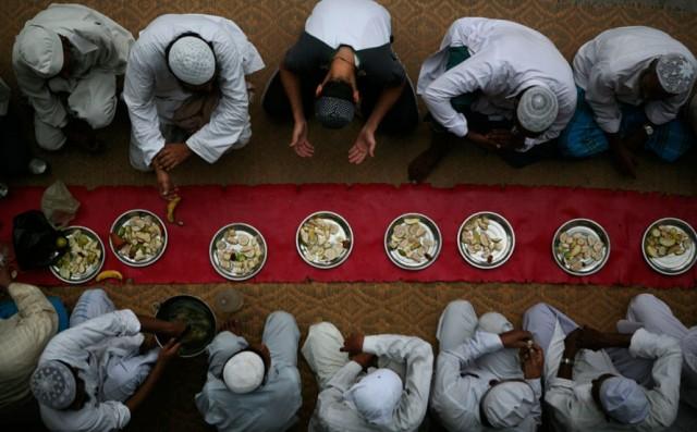 bacaan niat sahur atau niat untuk berpuasa ramadhan dan juga bacaan berbuka puasa setelah adzan magrib berkumandang.  Niat sahur dan berbuka puasa yang benar.