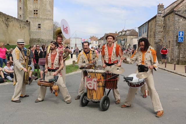 La fanfare KAFI avec ses cuivres et ses percussions africaines était en région parisienne le 8 avril 2018 dans le Château de Blandy Les Tours. Le groupe jouait avec les espagnols de Ladinamo.