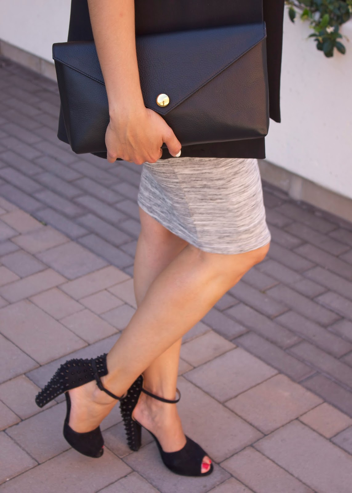chic accessories, linell ellis black clutch, zara black heels, black ankle strap shoes from Zara, edgy shoes