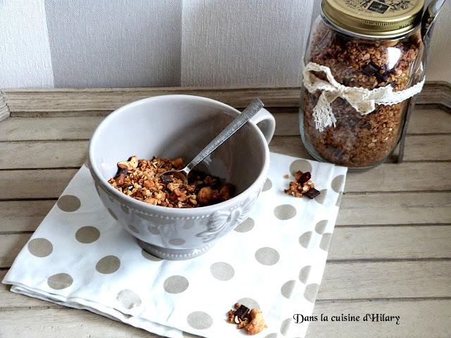 Granola maison au noix de cajou, chocolat et cranberries