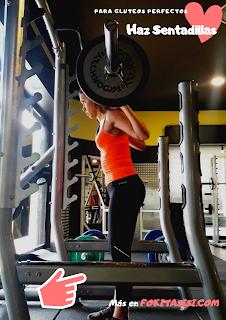 (Imagen) Debes cuidar que en la fase excéntrica de las sentadillas para gluteos no encorves la espalda ni permitas que tu cuerpo se balancee hacia adelante
