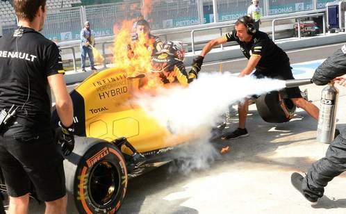 Mobil-K.Magnussen-terbakar-MalaysiaGP-16