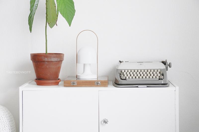 Weißes Sideboard dekorieren mit Avocadopflanze, Leuchte, vintage Schreibmaschine