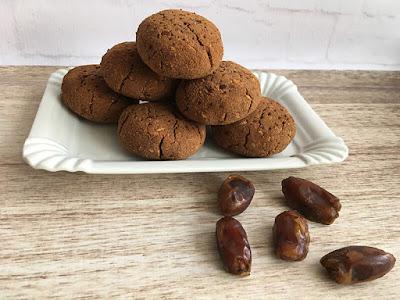 Ciasteczka z suszonymi daktylami i mąką kokosową