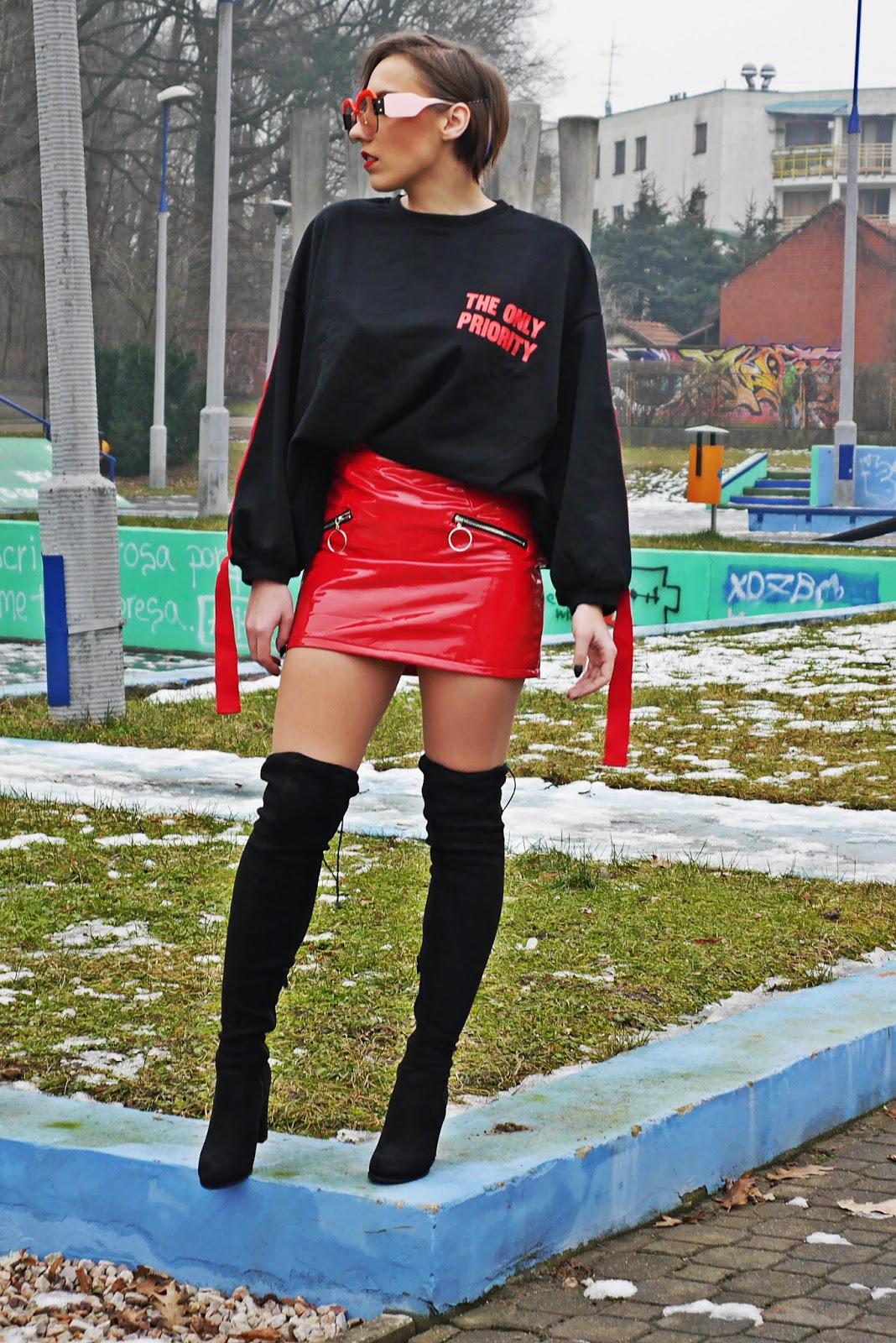 2_bluza_czarna_nadruk_spodnica_lakierowana_kozaki_renee_karyn_blog_modowy_280118rtyiunj