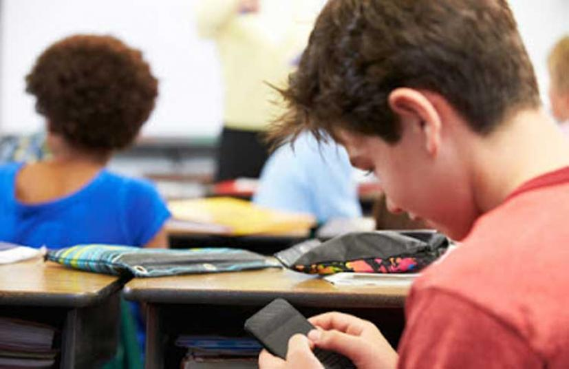 Τέλος τα κινητά των μαθητών στα σχολεία