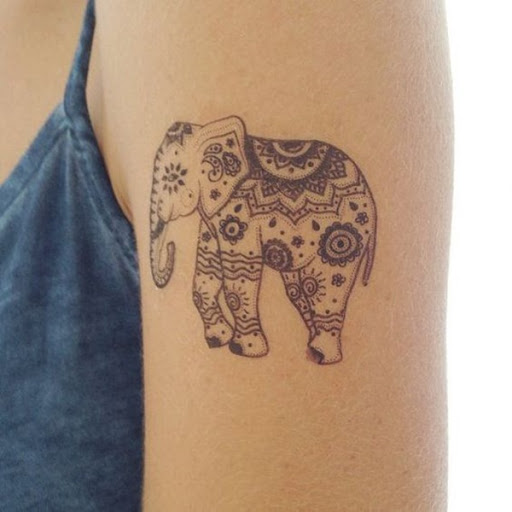 Outro exemplo de um elefante coberto em um padrão popularmente visto em mandalas é visto nesta preto tatuagem.