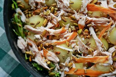 Sałatka z wędzonym kurczakiem, melonem i sosem serowo-szalotkowym