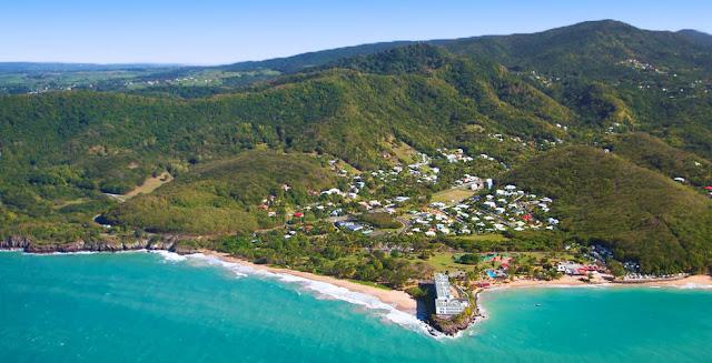 Plage à Deshaies vue du ciel - Guadeloupe