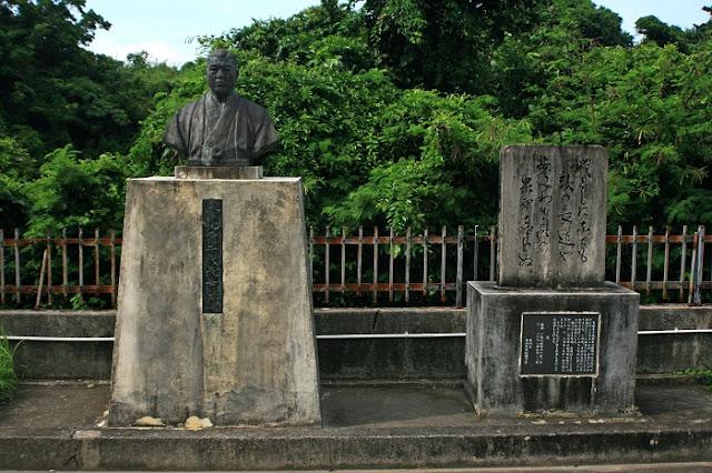 幸地亀千代先生の胸像と歌碑の写真