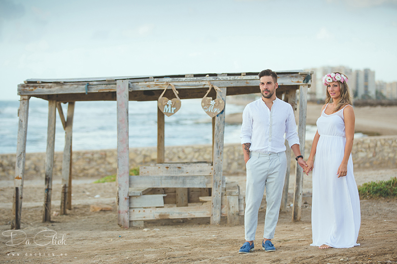 pareja playa lino azul turquesa vestido blanco zapatos azul