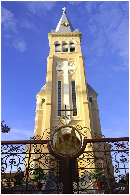 Porte de la cathédrale de Dalat